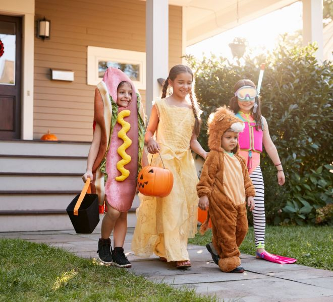 children-wearing-halloween-costumes-for-trick-or-t-PTYQJL4 (1)